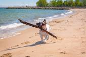 Fotografia bulldog francese sulla spiaggia del Mar Baltico