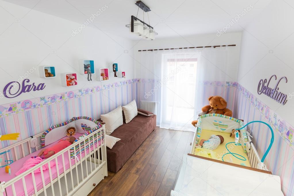 Baby Slaapkamer Decoratie : Baby tweeling kamer met pastel wallpapers u stockfoto