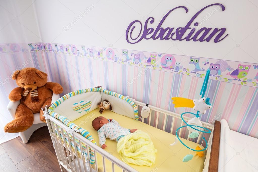 Baby wieg van de jongen in de kamer van de baby u stockfoto