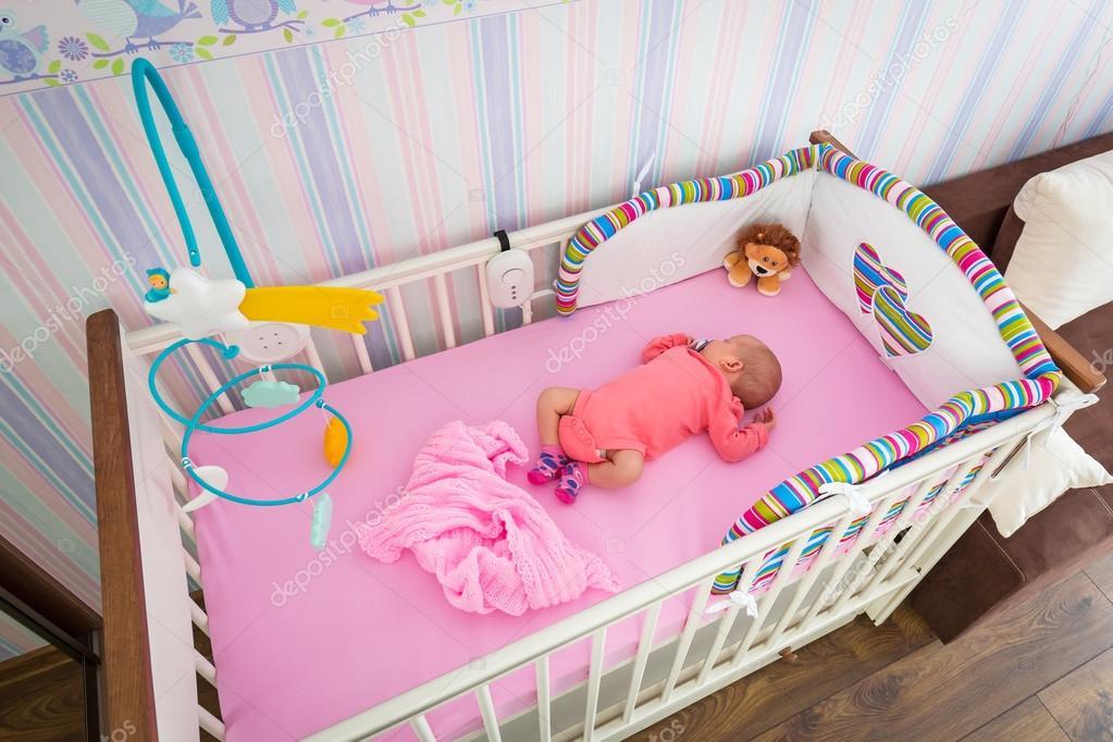Baby meisje wieg in de kamer van de baby u stockfoto