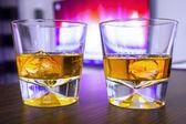 Pohár whisky sziklák