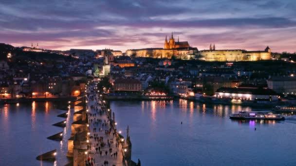 západ slunce nad Karlovým mostem a Pražským hradem