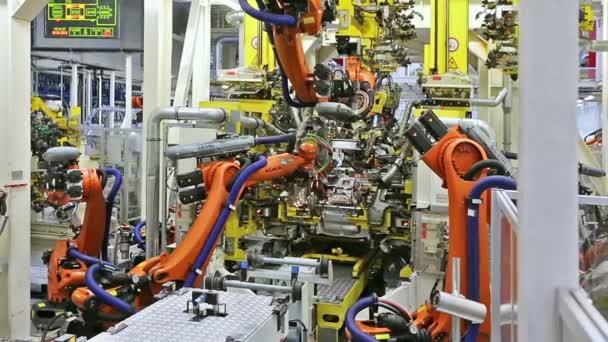 robotické paže v továrně na auto
