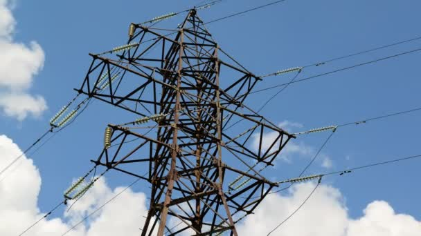 Hochspannungs-Stromleitung am Himmel Hintergrund, taymlapse