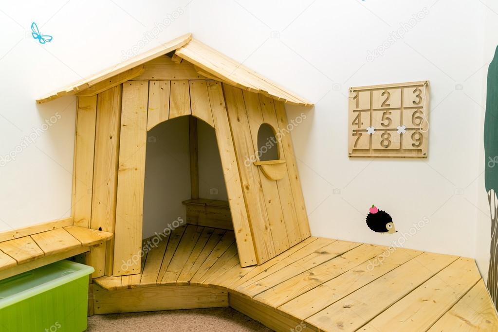 sala de juegos para nios con casa y juguetes educativos u foto de stock