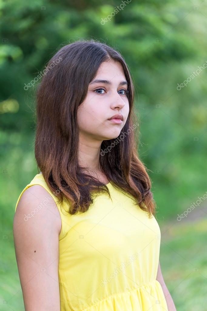 Schöne Mädchen 14 Jahre Alt Posiert Auf Natur Stockfoto Olenka