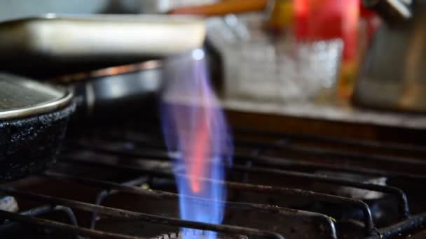 Plameny z plynového hořáku na starou kuchyň sporák