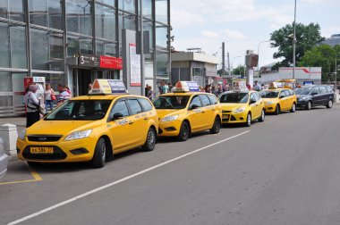 MOSCOW, RUSSIA - 15.06.2015. Several yellow taxis near Kursk railway station