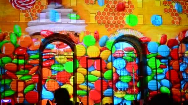 Moskva, Rusko - 03.09.2015.Moscow mezinárodní Festival kruh světla. Laserová show, na fasádě obchod Dětskij Mir