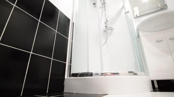 Belső fekete-fehér fürdőszoba zuhanyzóval