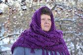 starší žena v fialový pletený šátek na hlavu je o Rowan