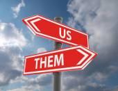 köztünk és köztük útjelző táblák különböző irányokba mutat