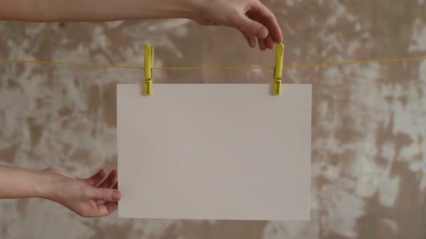 Samice s kartu nechte kolíky na prádlo