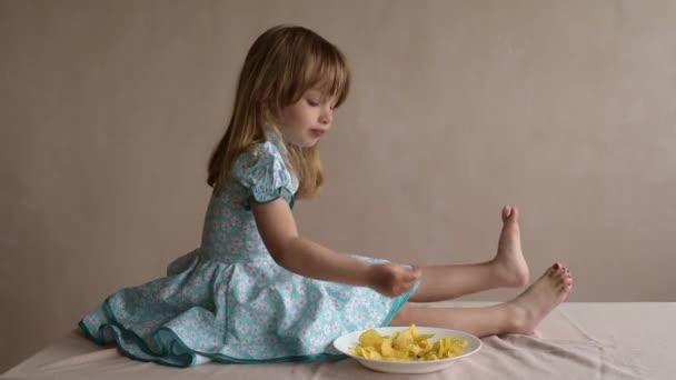Dívku jíst brambůrky a škubání nohou