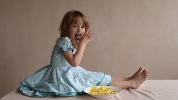 Dívka s brambůrky sedativy čisté