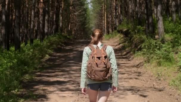 žena v lese letní