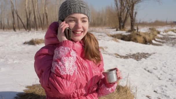 Žena s telefonem v zimě