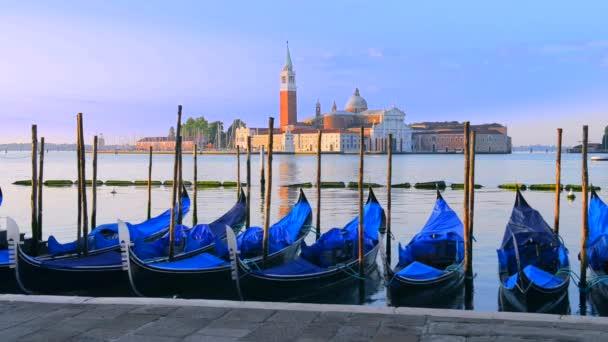 gondoly v venezia