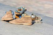 Familie Schuhe links auf einem Pflaster