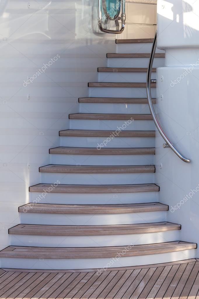 escaleras de madera para arriba en terraza u foto de stock