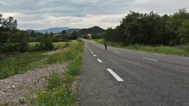 Ženy kráčející po cestě v horách ve Francii