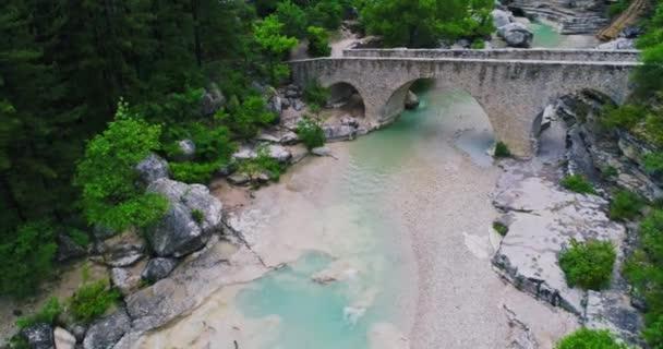 Vodopád v Alpách ve Francii