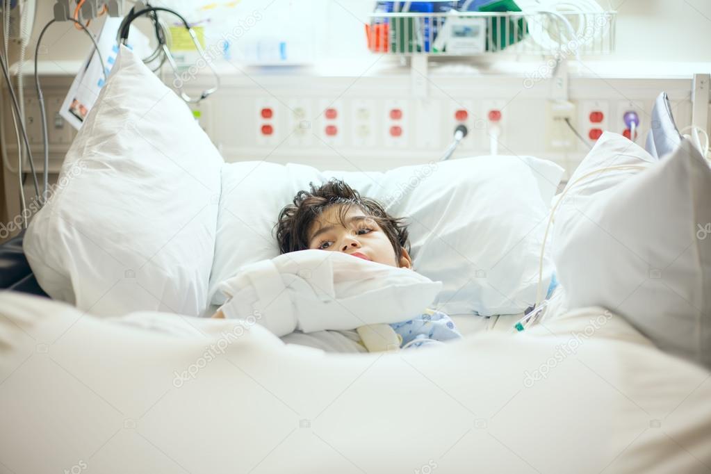 Junges Mädchen, Das In Der Intensivstation Schläft