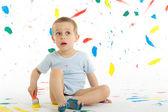 Rozkošný 3 letý chlapec kreativně skvrny na zdi.