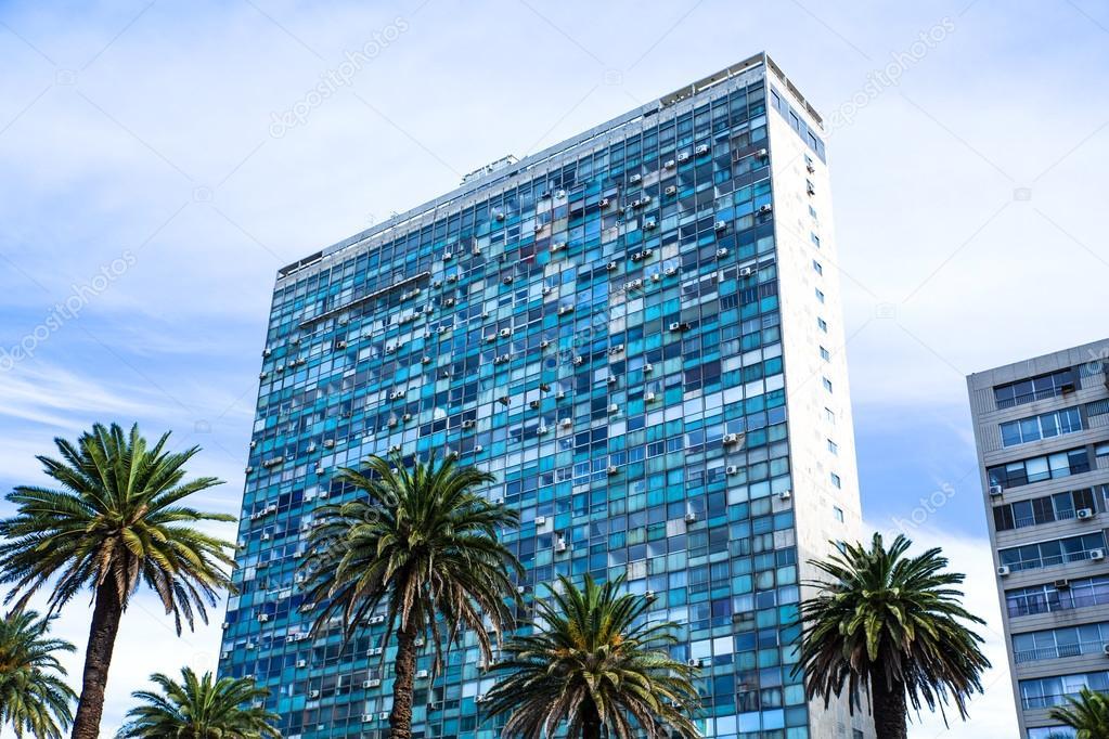 Arquitetura moderna sobre a plaza independencia em for Escritorios montevideo
