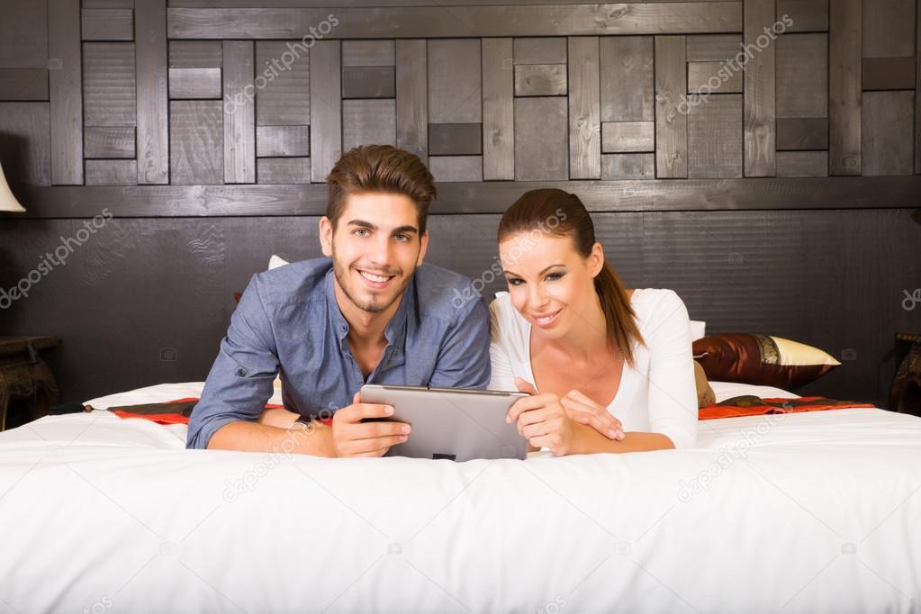 Азиатские пара в гостиничном номере