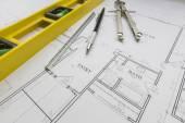 Szerkezeti szint, ceruza, vonalzó és iránytű pihen ház P