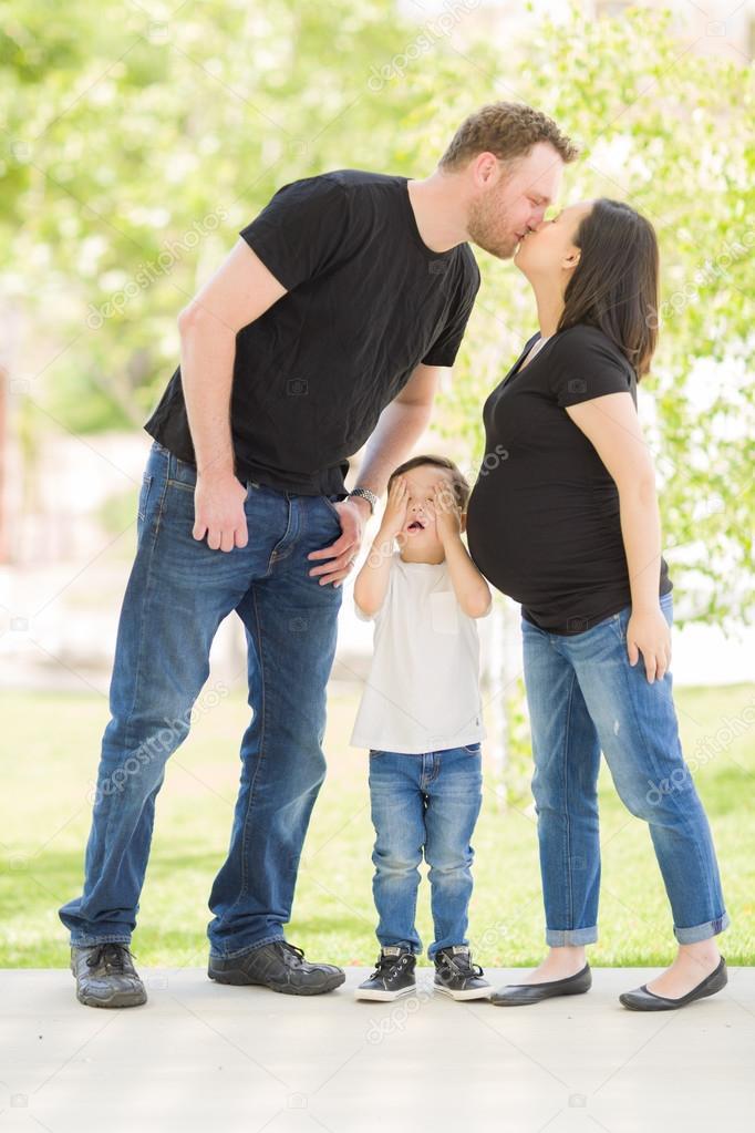 Красивый поцелуй мамы с сыном фото 203-570