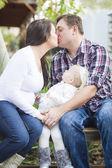 Fotografie Glückliche Schwangere paar Küsse als Baby Girl Uhren