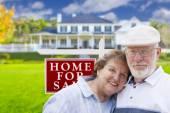 Fotografie glücklich altes Paar vor der für Verkauf Zeichen und Haus