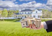 Fotografie Übergabe von Bargeld für Haus vor Haus