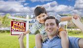 Smíšené rasy otce, syna na zádech, před domem, prodal znamení