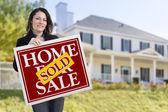 Žena držící prodává domácí prodej znamení před domem