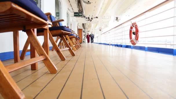 Pan vedoucí dvojice procházku na palubě výletní lodi