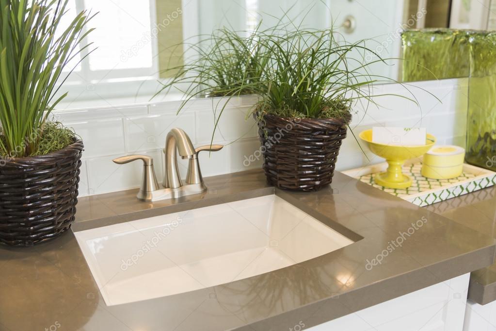 Nieuwe moderne badkamer wastafel kraan metro tegels en teller