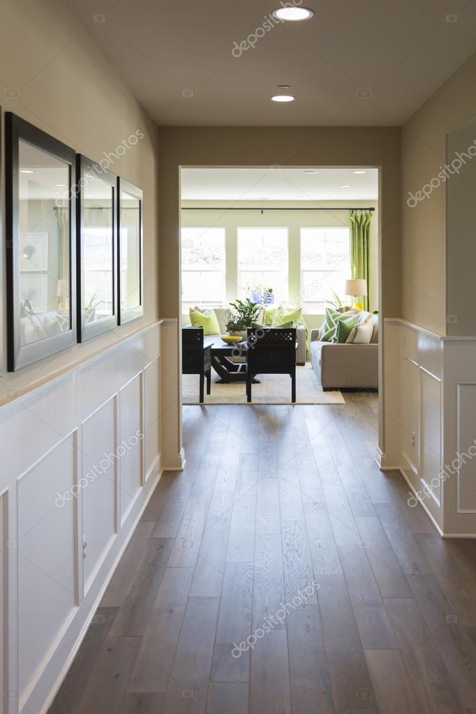 Strada di ingresso casa con boiserie e pavimenti in legno — Foto ...
