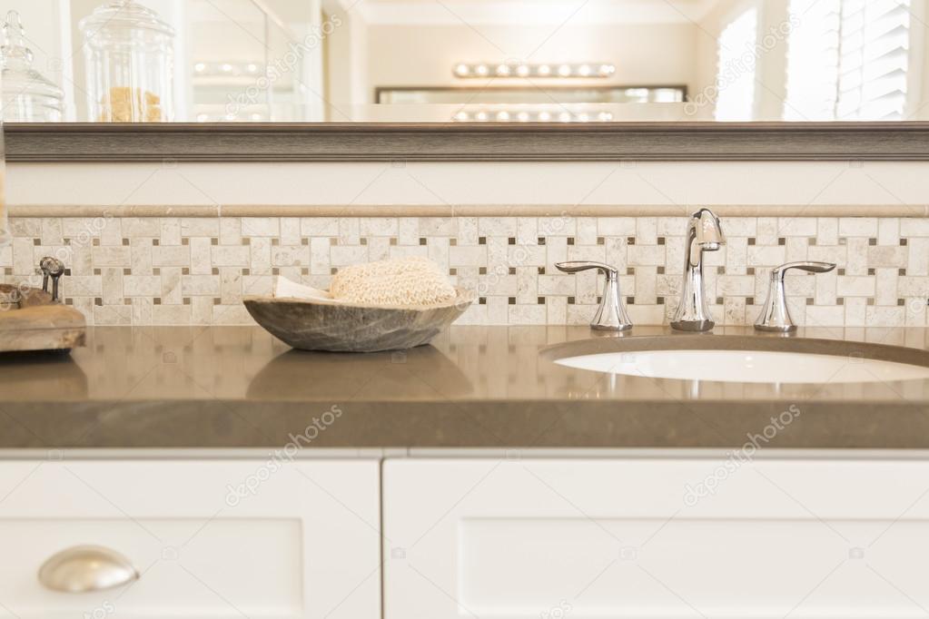 Nieuwe moderne badkamer wastafel, kraan, metro tegels en teller ...