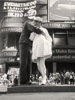 Figure of a sailor kissing a nurse at Times Square in New York