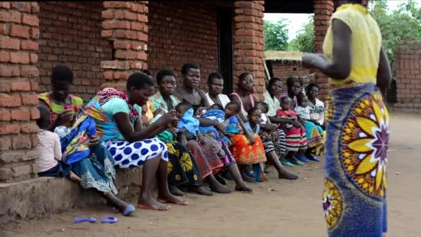Unbekannte Frauen hören einer Präsentation von Gesundheitspersonal in Nanjiri, am Stadtrand von Lilongwe, Malawi, am 19. Dezember 2020 zu