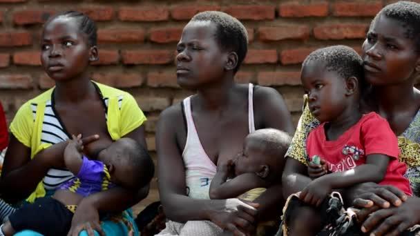 Neidentifikované ženy, které poslouchají prezentaci zdravotnických pracovníků v Nanjiri na předměstí Lilongwe, Malawi, 19. prosince 2020
