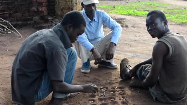 Neidentifikovaní lidé hrají hru v Dedze, Malawi, 19. prosince 2020
