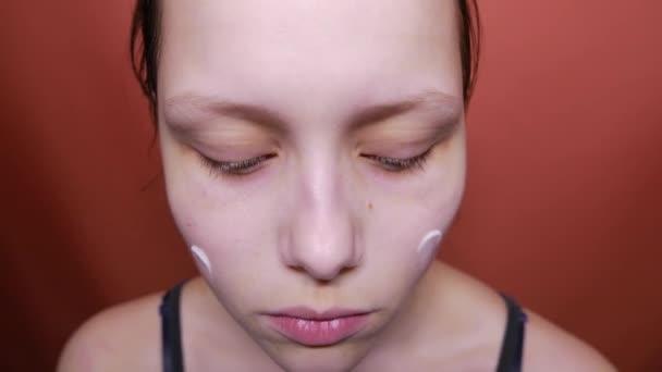 Szépség tini lány krém alkalmazása az arcán, 4k