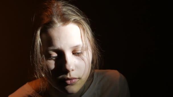 Mladé dospívající dívka ve tmě, Uhd 4k