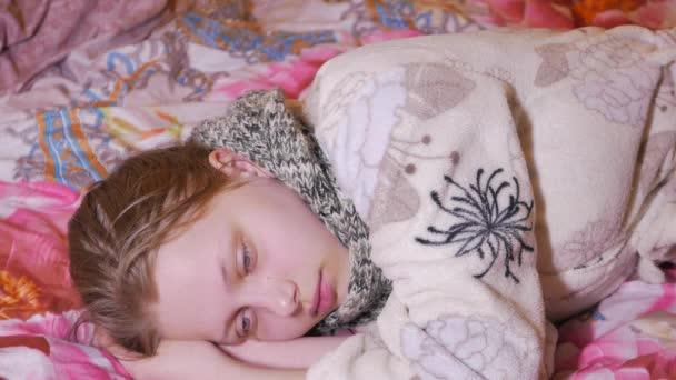 Teenager-Mädchen mit Grippe oder Erkältung.