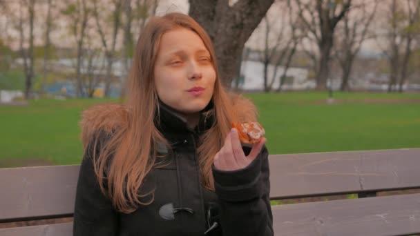 Dospívající dívka jí dort nebo koláče. 4k Uhd