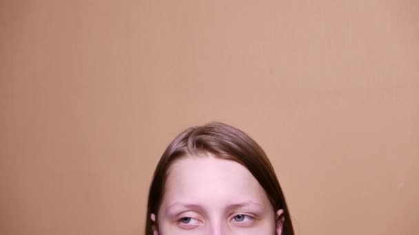 Portrét dospívající dívka s tváří zvědavé podezření. 4k Uhd